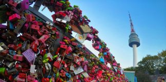 Những chiếc ổ khóa tượng trưng cho sự hạnh phúc vĩnh cửu